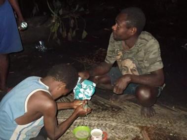 Dernière étape de la préparation du kava : on récolte le précieux liquide