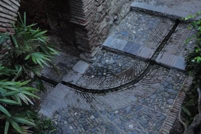 On trouve ces rigoles d'eau dans tout le théâtre romain