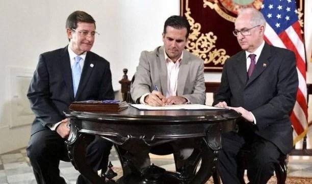Puerto Rico vuelto mierda, y su gobierno ofreciéndose para una intervención militar contra Venezuela, y que para