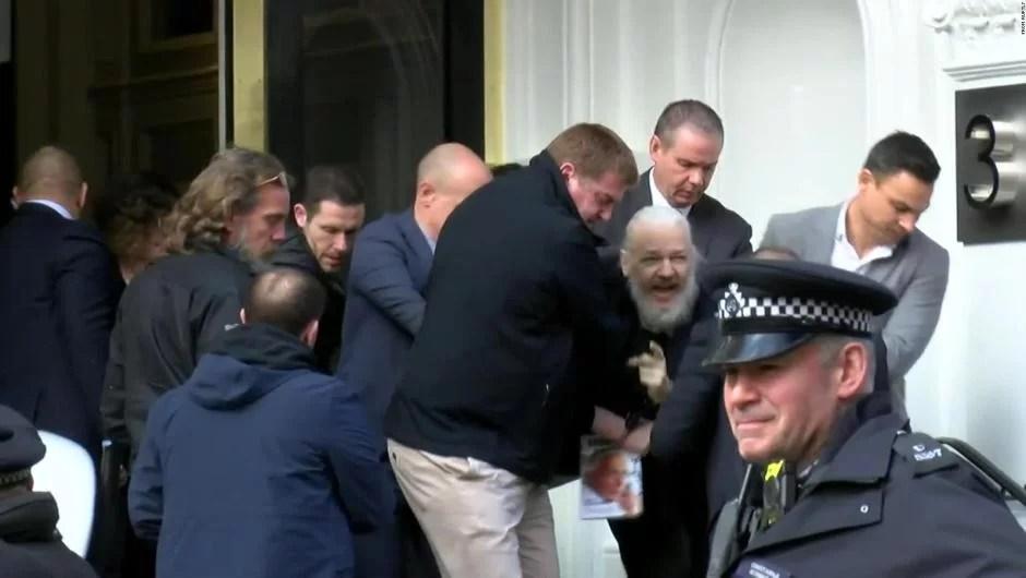Assange fue detenido a pedido de EE.UU. en la embajada de Ecuador en Londres