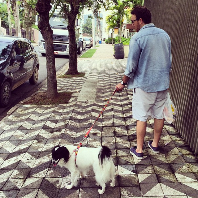 Passeando com ela depois de voltar do mercado do bairro