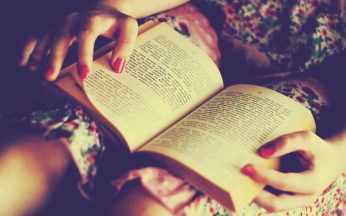 Uma menina aleatória lendo só para deixar o post bonito, agora volta a ler o post!