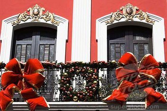 christmas balcony decoration ideas with wreath