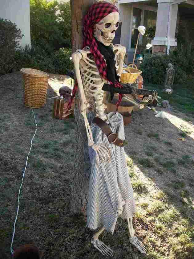 garden pirate decoration idea for halloween