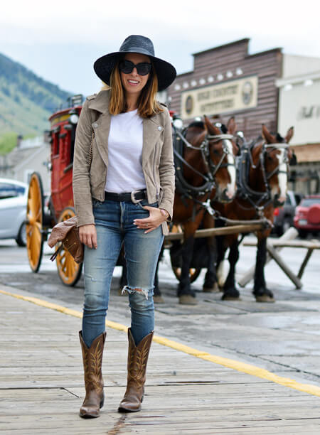 ripped jeans with black hat and nude blazer and ankle boots cowgirl outfit idea