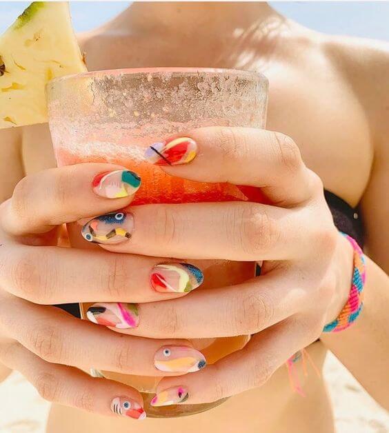 Uñas de color de agosto para terminar la temporada de verano.