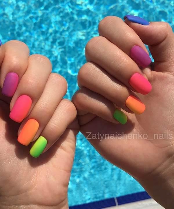 uñas de color degradado de verano ataúd mate para agosto