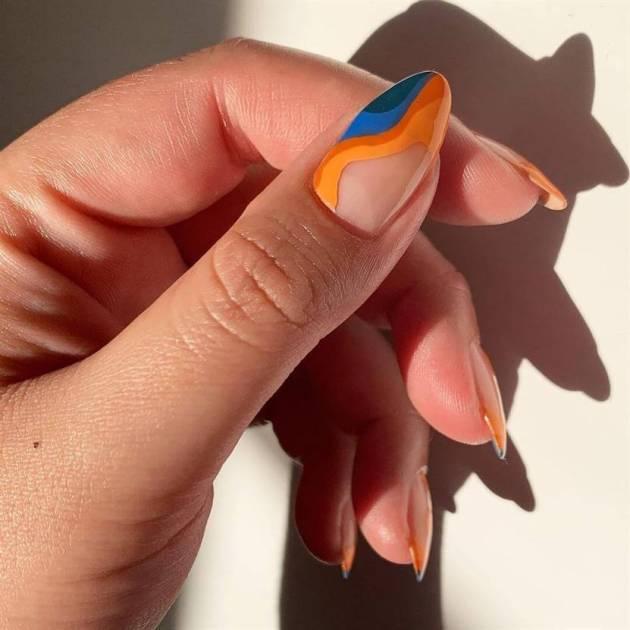 diseño de uñas de colores swirly para agosto