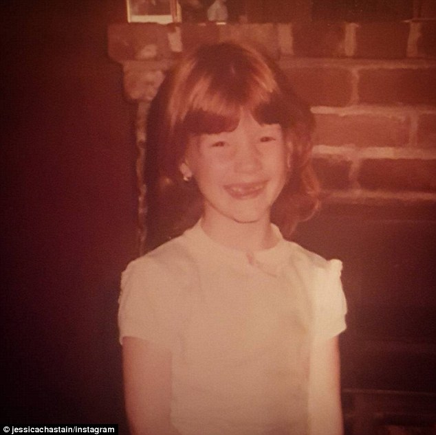 Jessica Chastain, foto de infancia uno en dailymail.co,uk