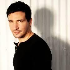 Adam Lopez - o músico a celebridade fofa, adorável, talentosa, de origem australiana em 2020