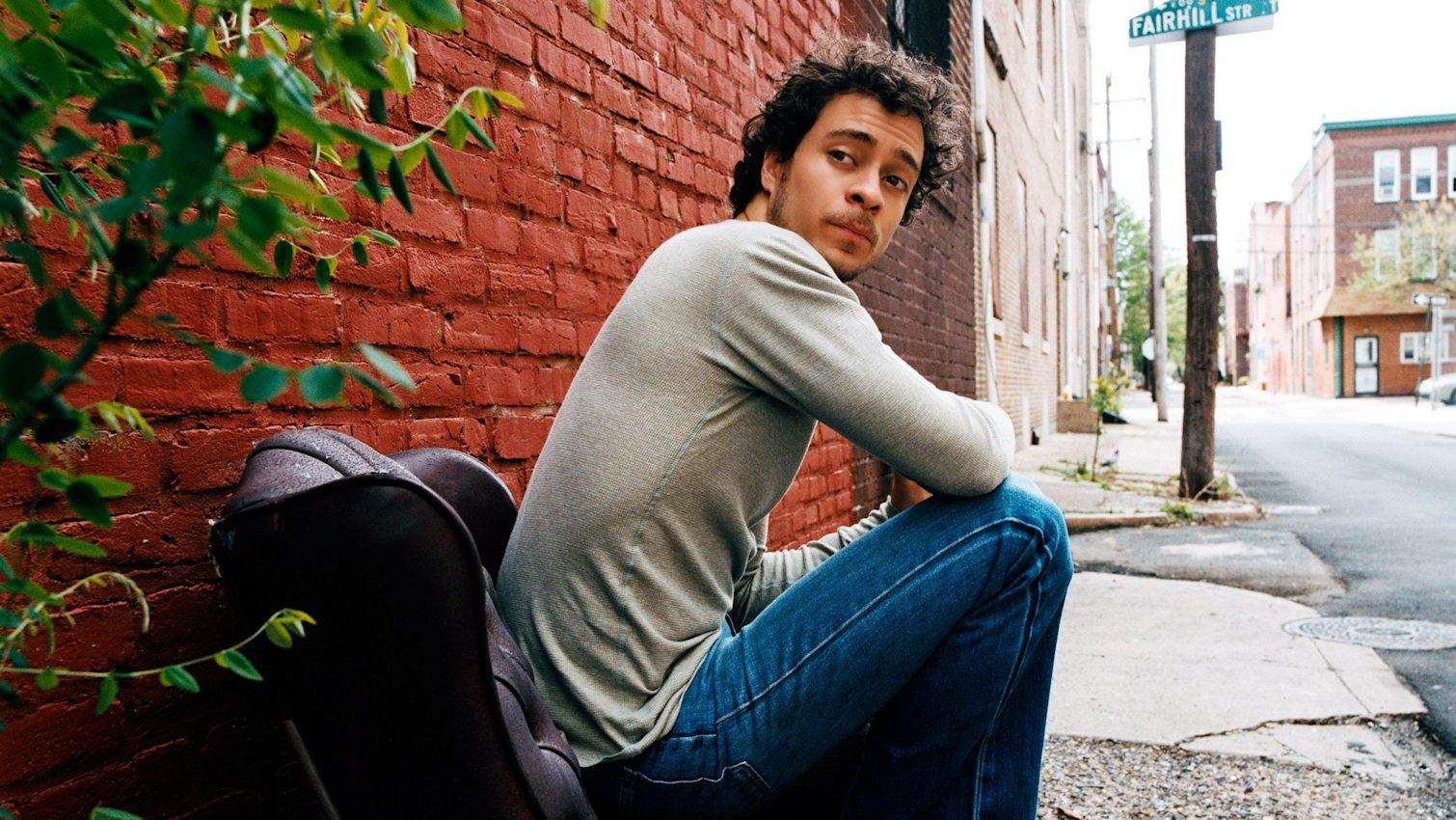Amos Lee , foto mais antiga um em delawereonline.com