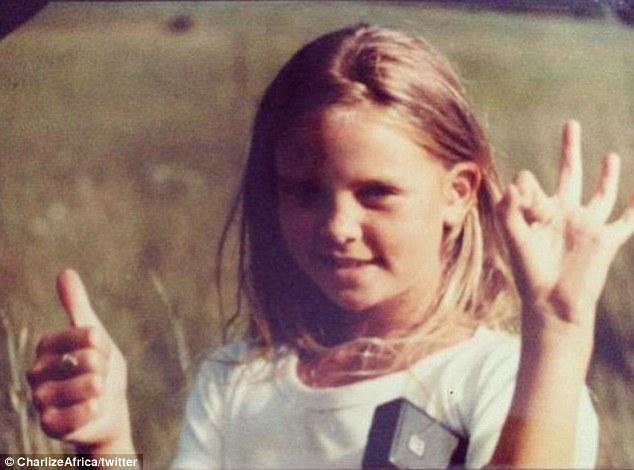 Charlize Theron kindertijd foto een via dilymail.co.uk