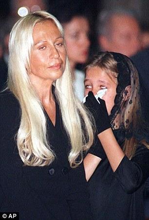 Allegra Versace, foto de infância um em dailymail.co.uk