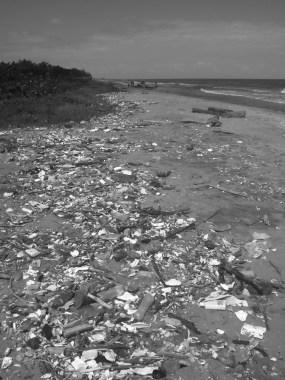 Desechos plásticos en la playa de Tulate, Guatemala.