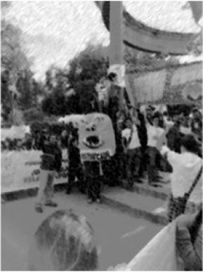 Un manifestante en el Parque Central de Xela anda disfrazado del monstruo de la corrupción. Foto cortesía de Gustavo Ochoa.