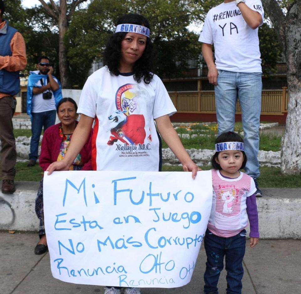 Madre e hija exigiendo un mejor futuro sin corrupción en el paro del 27 de agosto de 2015 en Xela. Foto por Patricia Macías