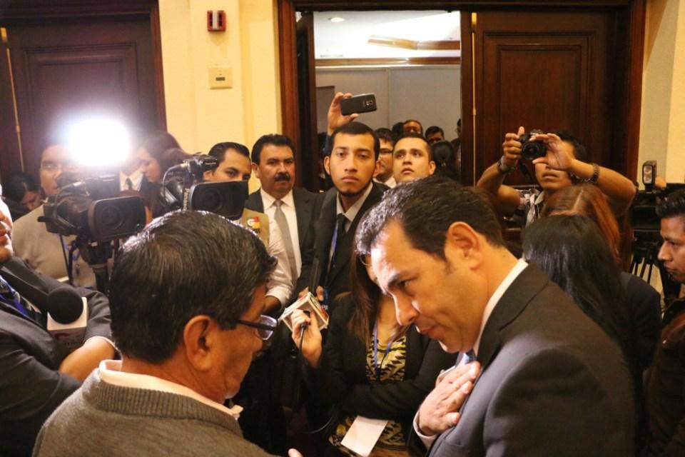 Jimmy morales responde a los periodistas en guatemala antes de las elecciones. Foto por Patricia Macías