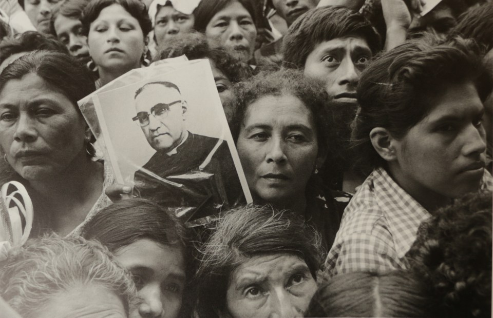 Salvadoreños de luto en la plaza de la Catedral Metropolitana durante el funeral del Arzobispo Romero, San Salvador, 30 de marzo de 1980. Foto por: Writers and Readers Publishing Cooperative New York / London