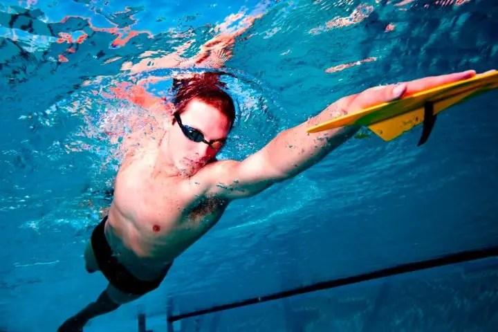 Las ventajas de usar paletas de natación