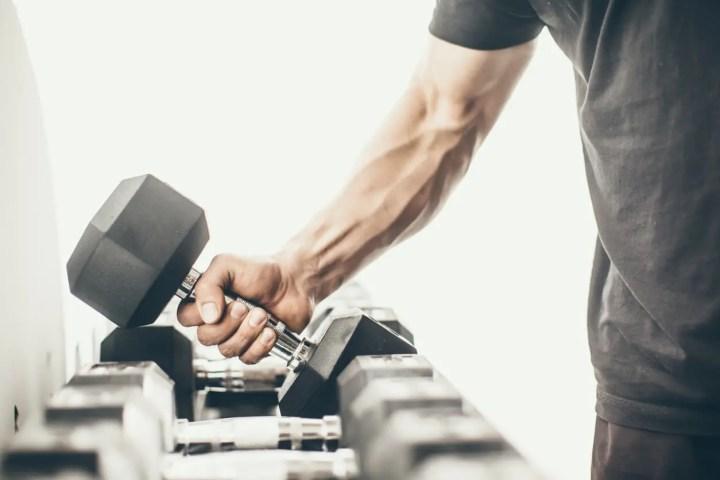 Mejora tu composición corporal haciendo pesas