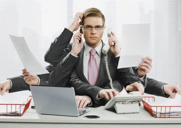 Las personas que llegan tarde son intrigantes y hacen multitareas