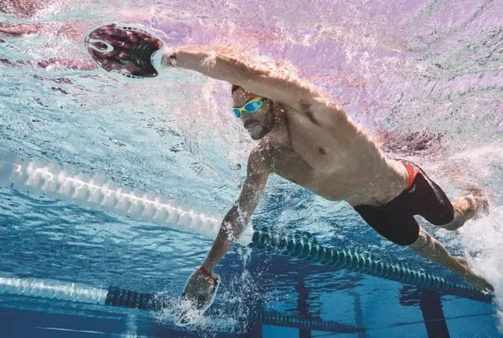 Rutina de natación rápida con manoplas