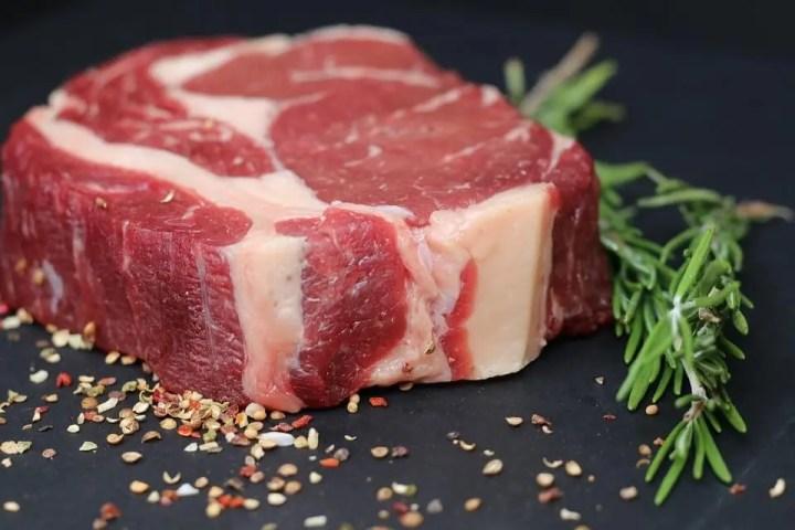La carne roja causa mal olor corporal