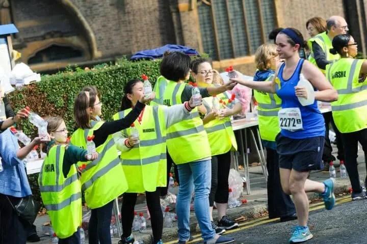 Cómo ayudan los voluntarios en las carreras de running