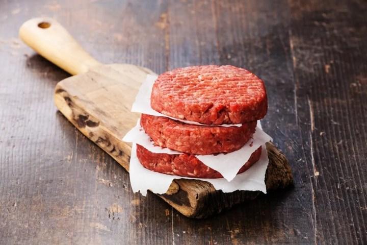 Carne de hamburguesa acompañada de vegetales