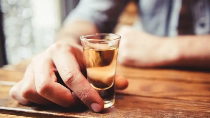Evitar convencer a alguien para que beba alcohol