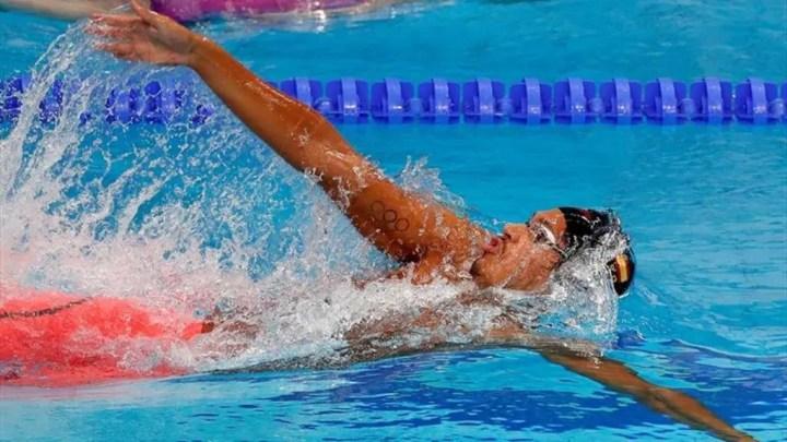¿Es difícil nadar al estilo espalda?
