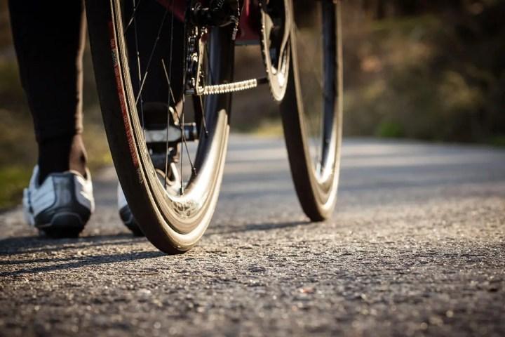 Cómo arreglar un neumático de bicicleta pinchado