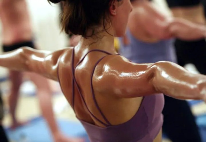 Cómo evitar deslizarte en el hot yoga por el sudor