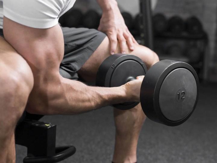 Entrenar conexión mente-músculo al levantar pesas