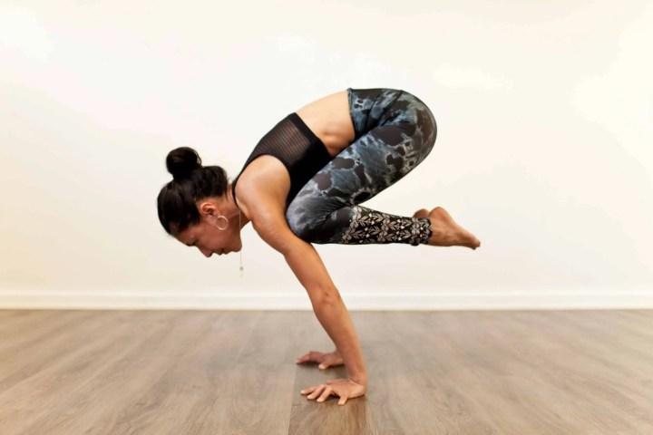 Cómo hacer la pose del cuervo de yoga
