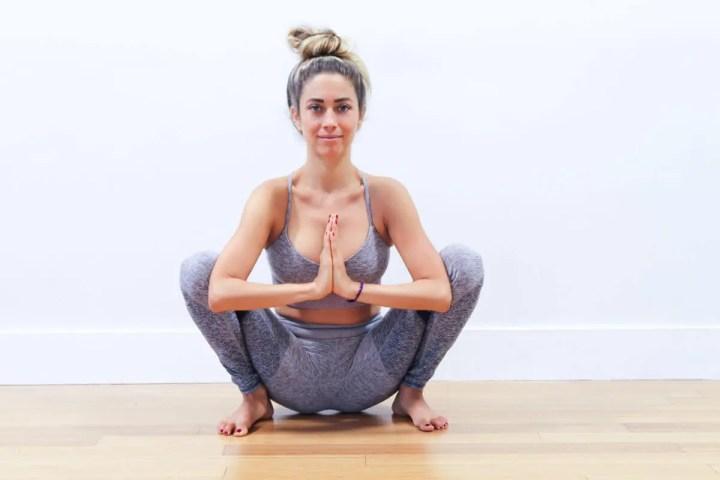 ¿Cómo hacer la sentadilla yogui?