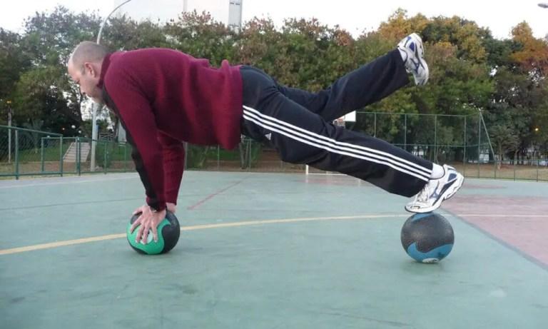 Ejercicios con balón medicinal para fortalecer los músculos y mejorar la coordinación