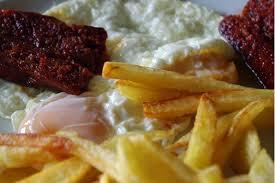 Huevos fritos con papas y chorizo