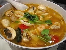 Sopa con champiñones y pollo (KAENG KAI KAP HET)