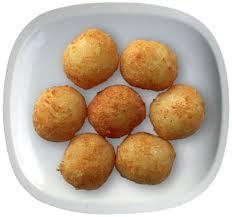 Bolas de clara de huevo y queso rallado