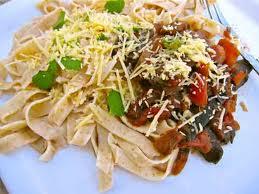 linguini con salsa y berenjena