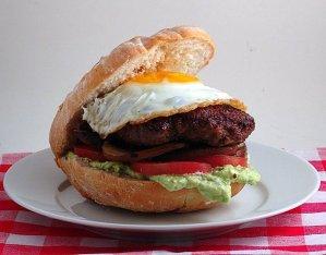 hamburguesas caseras con huevos fritos