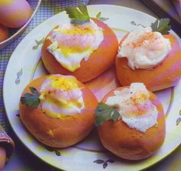Panecillos con huevos escalfados