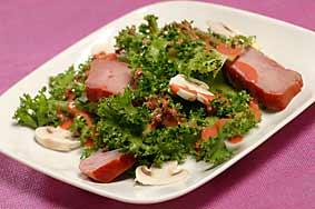 Ensalada de atún ahumado con mozzarella, escarola y almendras