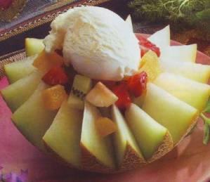 Melón con macedonia de frutas y helado