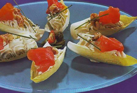 Endibias rellenas de queso con salmón y nueces