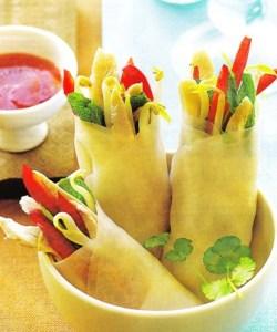 Rollitos primavera con salsa de pimientos
