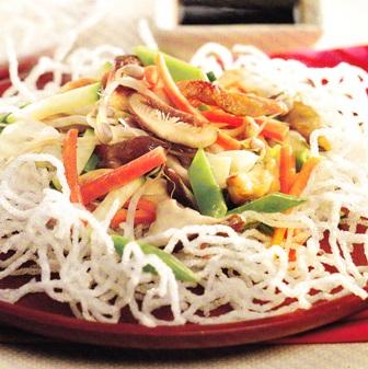 Fideos de arroz con pollo y verduras