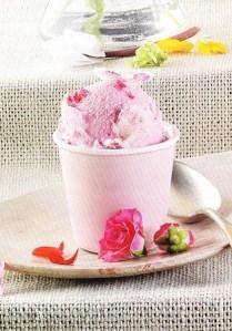Helado de rosa con pétalos cristalizados