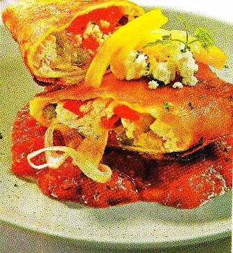 Rollitos de maíz fritos con pollo, queso y salsa mexicana